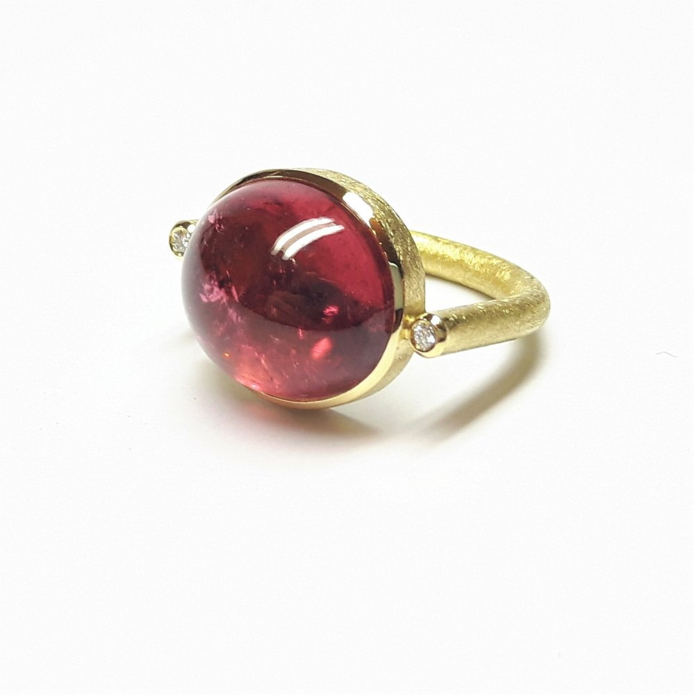Bague en or jaune 18kt , tourmaline rouge et 2 brillants.