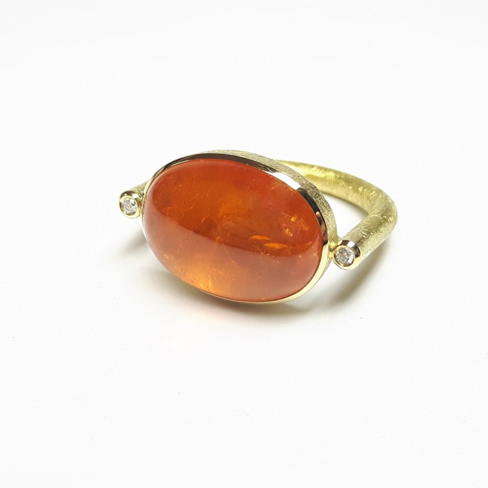 Bague en or jaune 18kt, grenat mandarin et diamants.