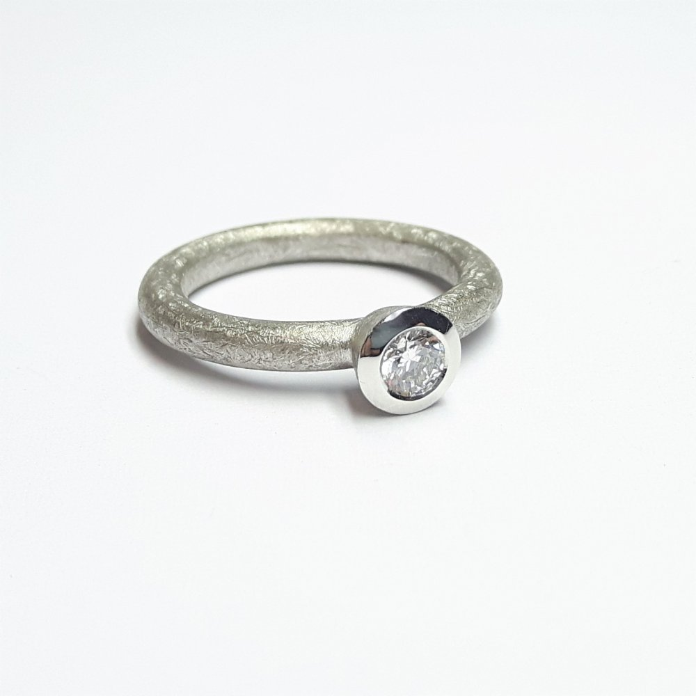 Bague en or blanc 18kt, sertie d'un diamant.