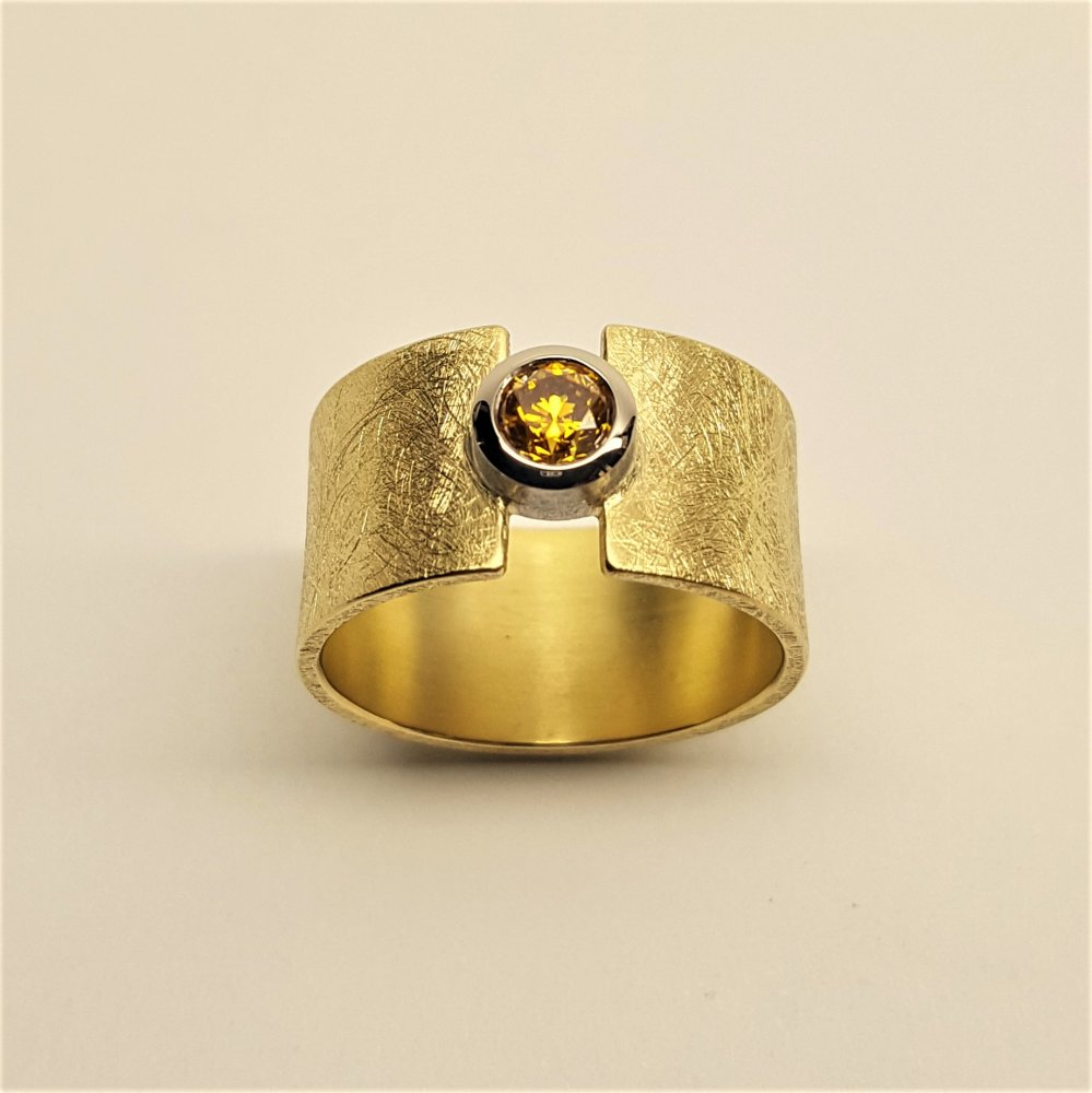 Bague en or jaune et blanc 18kt sertie d'un brillant fancy yellow orange 0,36ct.