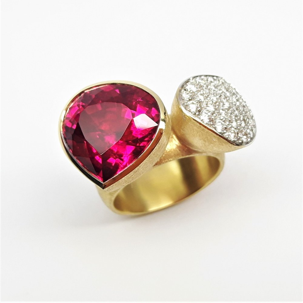 Bague en or jaune 18kt , tourmaline rouge et brillants.