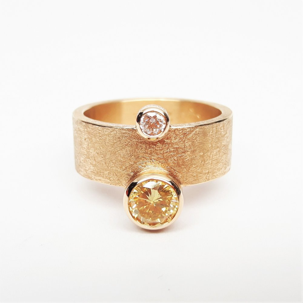 Bague en or rouge 18kt,  brillant fancy orange yellow et brillant blanc.