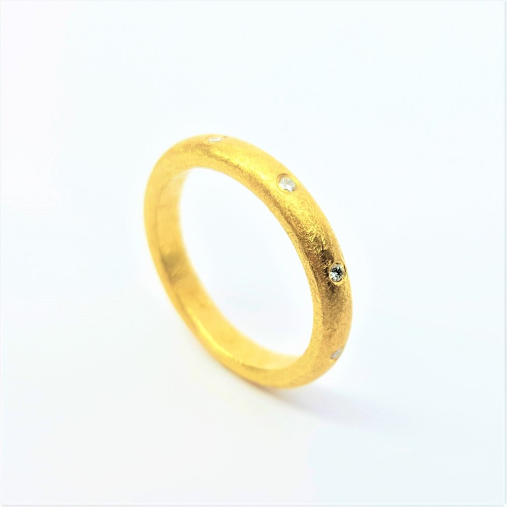 Bague en or jaune 18kt sertie de 9 diamants.