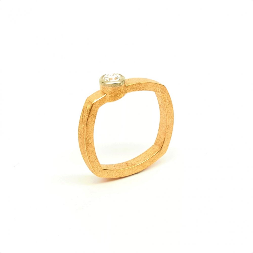 Bague en or rouge et blanc 18kt, sertie d'un brillant 0,25ct..
