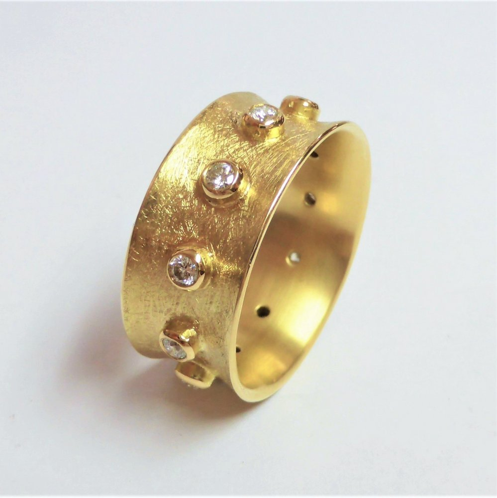 Bague en or jaune 18kt sertie de 11 brillants.