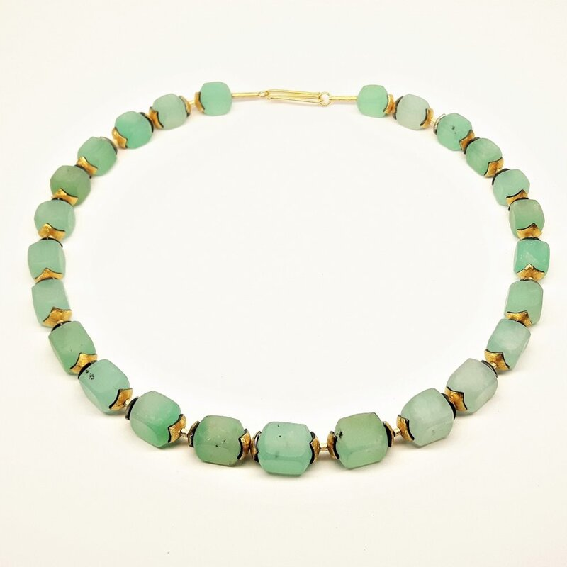 Collier en chrysoprase, or jaune 18kt, or fin et argent.