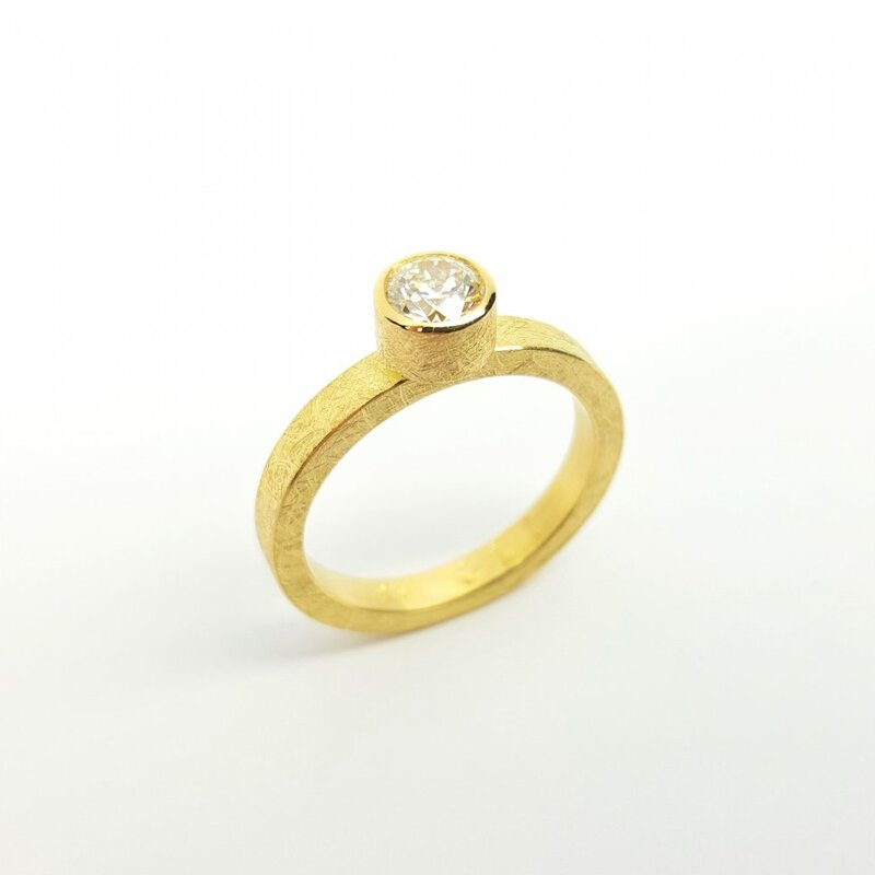 Bague solitaire en or jaune 18kt et brillant à 0,51ct G/IF