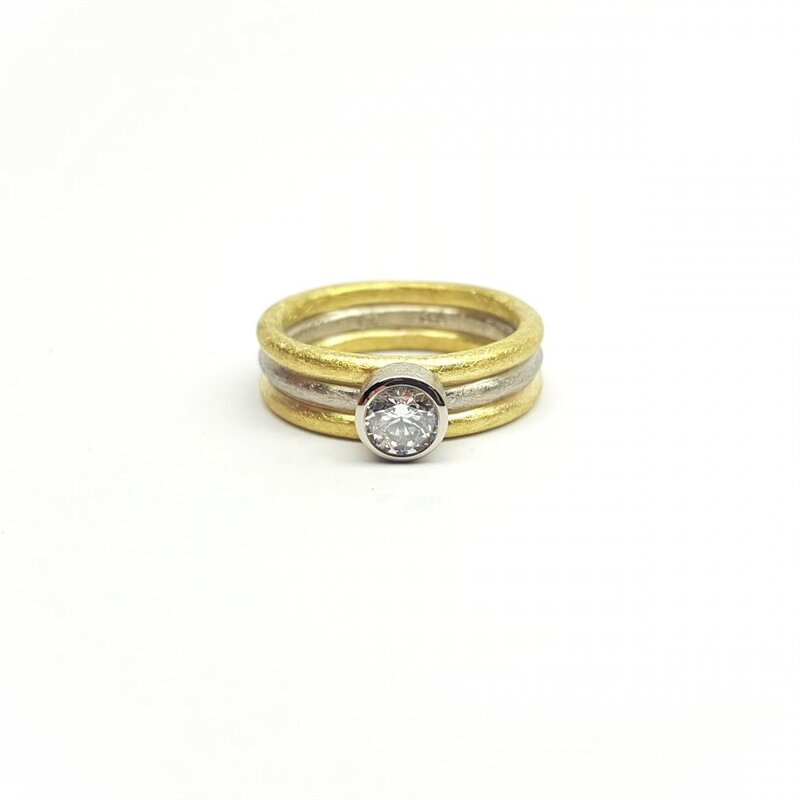 Bague en or jaune et blanc 18kt et brillant à 0,51ct.