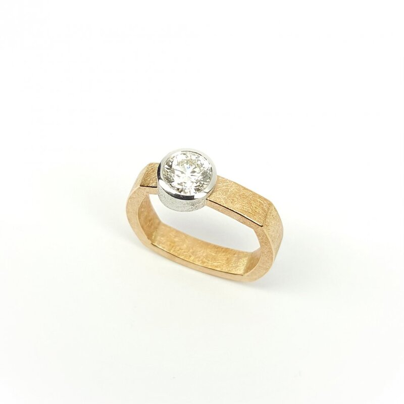 Bague solitaire en or rouge et blanc 18kt et brillant à 0,90ct.