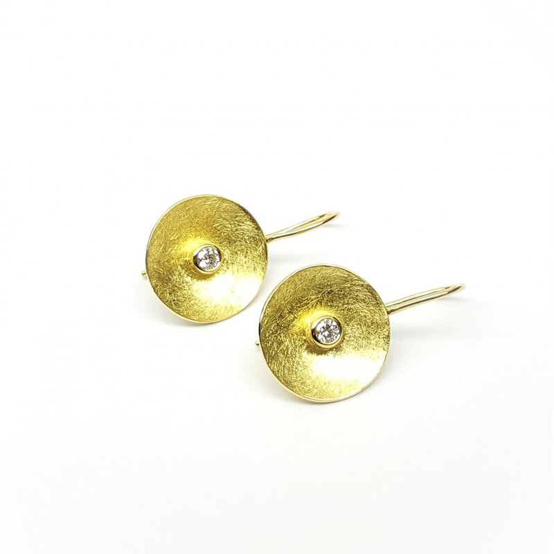Boucles d'oreilles en or jaune 18kt et diamants.