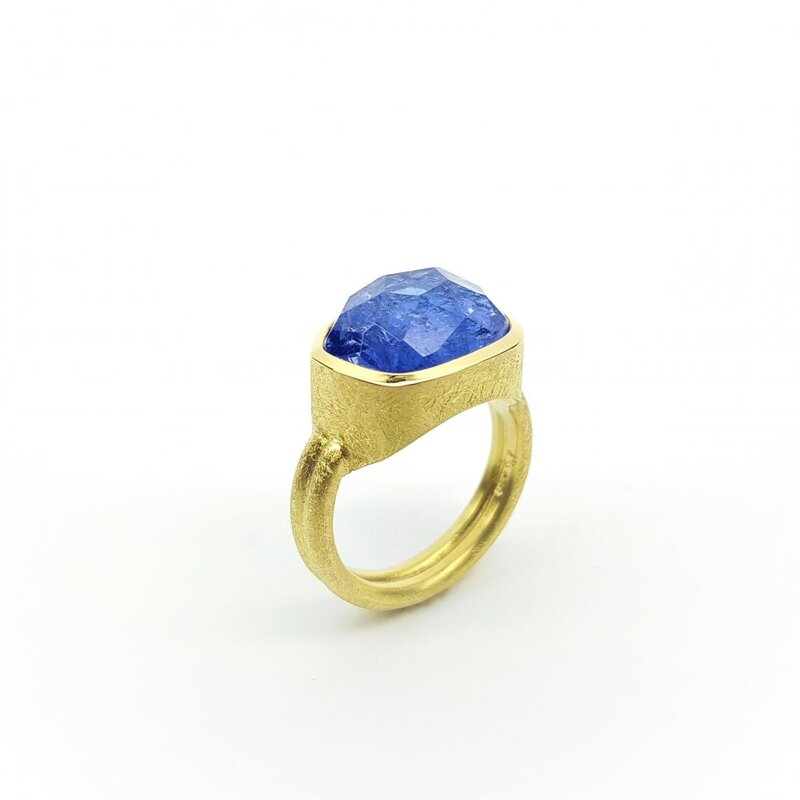 Bague en or jaune 18kt et tanzanite en taille cocktail.