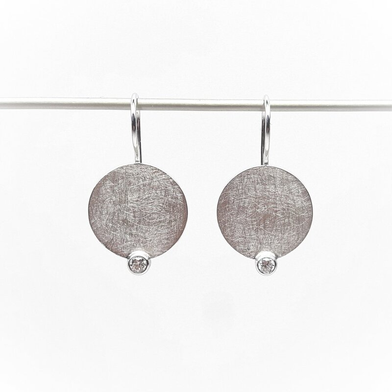 Boucles d'oreilles en or blanc 18kt et diamants.