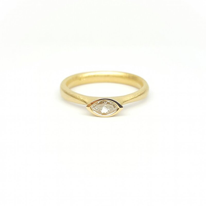 Bague solitaire en or jaune 18kt et brillant à 0,31ct J/VSI