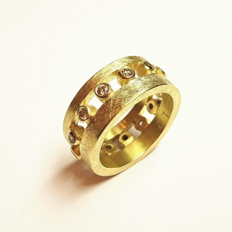 Bague en or jaune 18kt sertie de 13 brillants au couleurs naturelles/fancy.