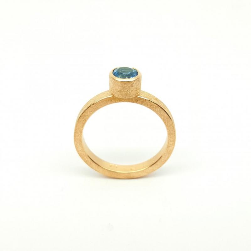 Bague en or rouge 18kt et aigue-marine.