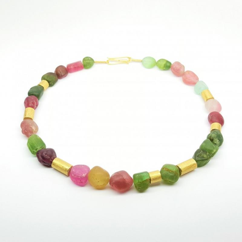 Collier en tourmaline et éléments en or jaune 18kt.