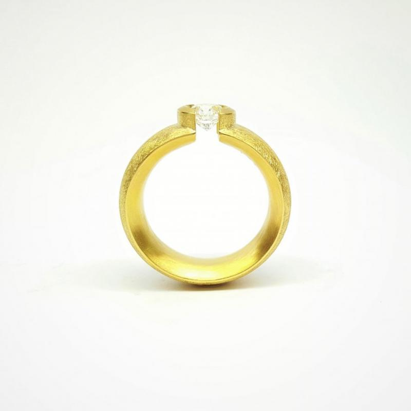Bague solitaire en or jaune 18kt et brillant 0,81ct.