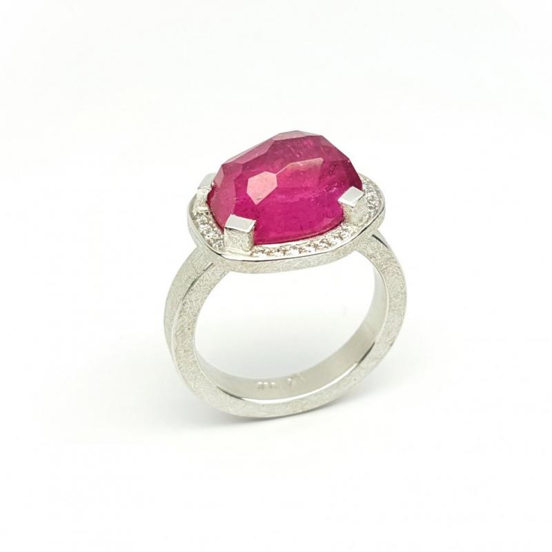 Bague en or blanc 18kt,  tourmaline rose et diamants.