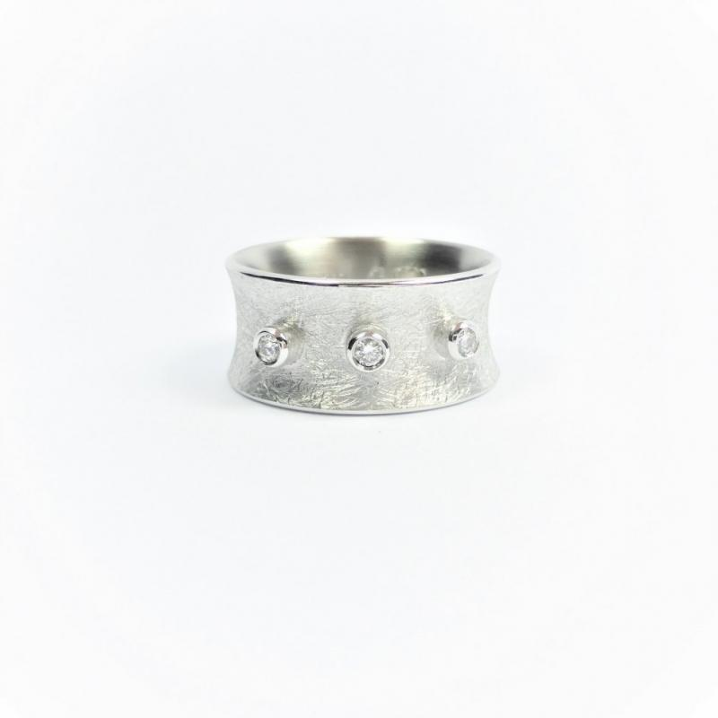 Bague en or blanc 18ct et 3 diamants.