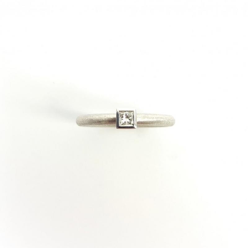 Bague en or blanc 18kt et diamant princesse.